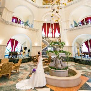 1歩建物に入ると吹き抜けのロビーへ。上質なホテルウエディングを感じさせる ロイヤルオークホテル スパ&ガーデンズの写真(874160)