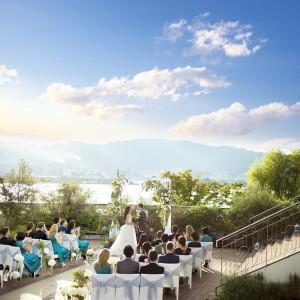 青空のもと目の前に広がる湖を眺めながらのガーデン挙式はロイヤルオークホテルだからこそできる結婚式。|ロイヤルオークホテル スパ&ガーデンズの写真(2086129)