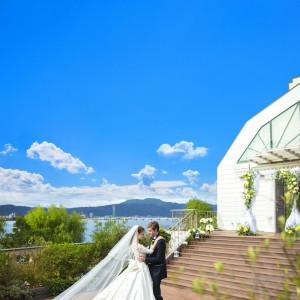 空・湖・緑に囲まれた結婚式はおふたりとゲストを明るい気持ちにしてくれます|ロイヤルオークホテル スパ&ガーデンズの写真(2134805)