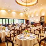 最大120名まで着席できる披露宴会場は、華やかさの中にも寛ぎやすい雰囲気で