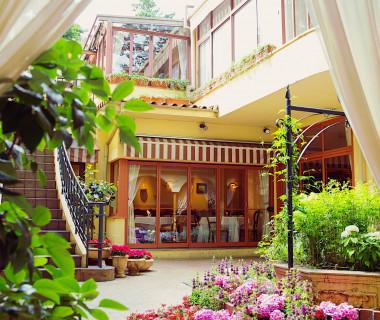 代官山にある四季折々の花々が咲き誇る一軒家レストランを贅沢に貸し切り、お料理でおもてなしをする特別な一日を