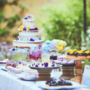 20種類以上のデザートが並ぶデザートビュッフェはASOの代名詞。パティシエたちが取り分ける彩豊かなデザートは華やかなパーティタイムを演出します。|リストランテASO (ひらまつウエディング)の写真(5396858)
