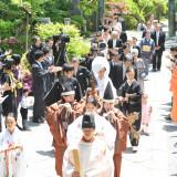 挙式の際、神職・巫女・雅楽に導かれ、神社へと向かう「参進の儀」友人達もお迎え*これはご結婚式当日に撮影した実際のご様子です
