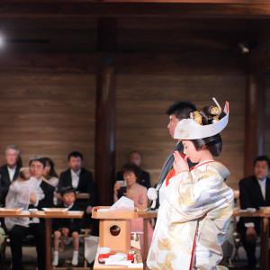 「三々九度・誓杯の儀」夫婦としての誓いのお盃の儀。*これはご結婚式当日に撮影した実際のご様子です 報徳二宮神社 報徳会館の写真(2092852)