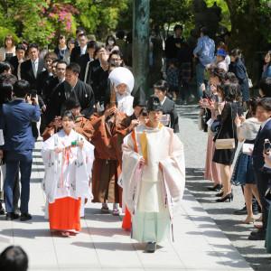 参進の儀:ご友人たちの祝福をうけながらお進みいただきます 報徳二宮神社 報徳会館の写真(6060028)