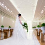 花嫁姿が映える純白のチャペル。柔らかな光に包まれたバージンロードは、新郎との未来へとつながる。