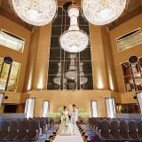 スワロフスキーⓇ・クリスタルのシャンデリアが煌くロビーでのロビーウエディング。壮大な空間での挙式は、ホテル中からの祝福に包まれる。