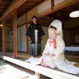 [神泉亭]生田神社会館の離れにあるお茶室。普段立ち入る事は出来ませんが、ロケーション撮影の時だけ解放致します。緑に囲まれたお庭もあり、落ち着いた雰囲気の中撮影を行います。