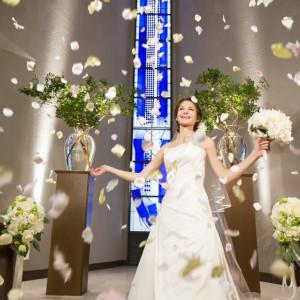 解放感あふれるチャペルに響く祝福の言葉は、ゲストの心も幸せに満たします ANAクラウンプラザホテル神戸の写真(553481)