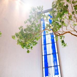 特徴的なブルーを基調としたステンドグラスは、自然光をうけてより一層美しく光る ANAクラウンプラザホテル神戸の写真(2407622)