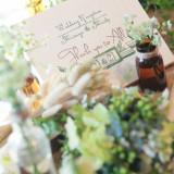 野原をイメージさるナチュラルなコーディネート。小瓶や小花を使うと、よりガーデンウエディングをイメージさせるコーディネートに。