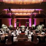 天井高5Mと広い空間を、照明演出で彩りスタイリッシュなコーデが良く合う会場瑠璃の間