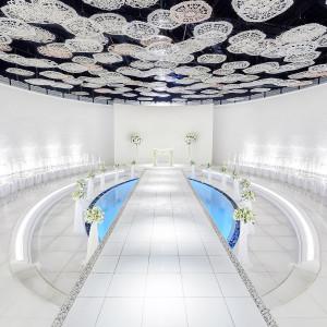 チャペル「ラ・プリエール」*白を基調とした空間に壁面や天井部には花のモチーフが浮かび上がり空間を華やかに彩ります。 成田ビューホテルの写真(2701849)