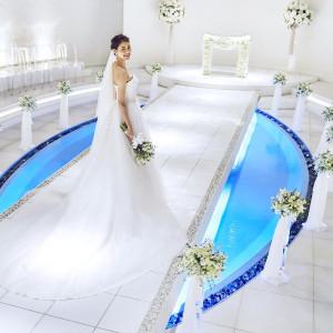 チャペル「ラ・プリエール」*白を基調とした空間に壁面や天井部には花のモチーフが浮かび上がり空間を華やかに彩ります。 成田ビューホテルの写真(2701893)