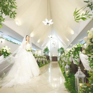 純白のウエディングドレスに身を包んだ新婦様がやわらかい光に包まれます。優しい白を基調としたチャペルはお二人をより美しく、印象的に際立たせます。(~100名) ホテルコンコルド浜松の写真(1046173)