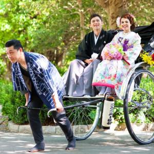 """浜松城公園挙式和Ver.華 誓いの場までのは人力車にて送迎。お二人を先頭にゲストが一列に歩む""""花嫁行列""""も叶います。 ホテルコンコルド浜松の写真(677728)"""