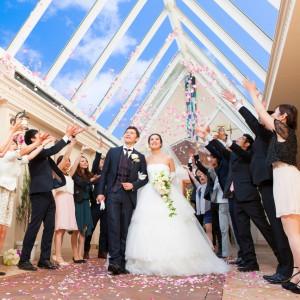パサージュ(アーケード)でのフラワーシャワーやブーケトス。ゲストの皆様からの祝福がお二人を包みます。 ホテルコンコルド浜松の写真(677717)
