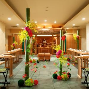日本の伝統、心に響く神前式。伊勢神宮の神明造りを忠実に再現した社殿をはじめ、格式高い和の様式美を今に伝える厳かな神殿です。 ホテルコンコルド浜松の写真(677726)