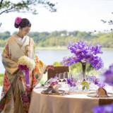 空、緑、湖と和装が絶妙なコラボレーション。 円卓のお花もアレンジも可能。