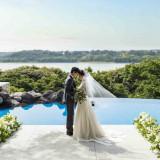 佐鳴湖畔を背景にドレス姿が映画のワンシーンのような演出。