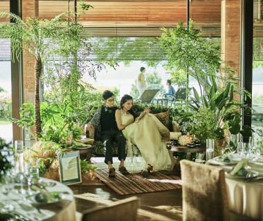メインはソファ席で植栽やキャンドルでアンティークナチュラルなコーディネートを