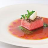 低温調理の牛フィレ肉は手間暇をかけ、赤身の状態を演出する。