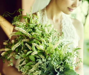 ブーケはグリーンと白の小花を使ってナチュラルに