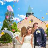 挙式後は、ゲストが待つ大階段へ!!色とりどりの花びらが舞うフラワーシャワーに最高の笑顔で応えよう♪