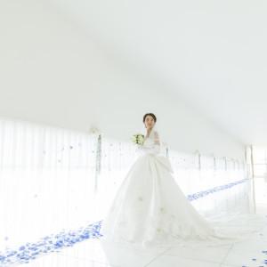 明るい自然光に包まれた、純白の大理石が輝く30mの道【ホワイトロード】大切な家族や友人たちとの写真を並べて、懐かしい思い出話に花を咲かせるのも素敵|KKRホテル金沢の写真(1978954)