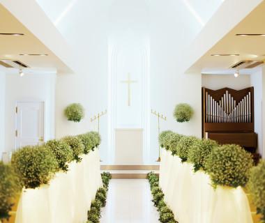 「聖マリエール教会」はかなく可愛いカスミ草のウェディングロード