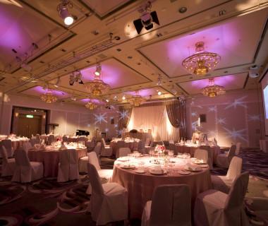 LEDで会場を「やさしい」雰囲気に・・・ピンク