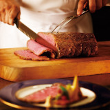 ホテル開業当時から受け継ぐメニューのひとつ、ローストビーフ。じっくりと低温で調理される。