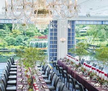 和洋の気品を兼ね備えたメインバンケット鳳凰。日本庭園のパノラマが見守る空間