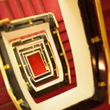 本館中央の階段。一番上からのご覧頂くと、赤・黒・金が織りなす魅力的な模様をお楽しみ頂けます。