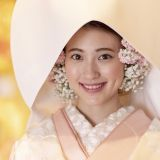 花嫁の装いを楽しんで。綿帽子の中をお花で埋め尽くした可愛らしい写真を残そう