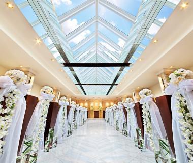 きらめく青空と自然光を思い出の背景に♪純白のウェディングドレスがさらに輝くバージンロードで世界一の花嫁に★