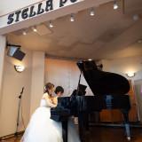 余興や演出などに利用可能なグランドピアノとステージ