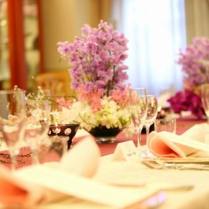 温かなプライベート感とアットホームパーティーが叶うと人気の、少人数向けのバンケットルーム。おふたりだけの結婚式からご親族を招いての会食も叶う|銀座ブロッサムの写真(377421)