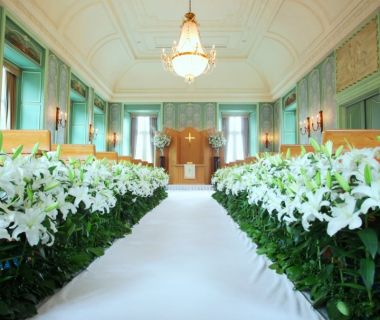 ヒューレリス ~Hyle Lis~ 300本のユリを使用したチャペル。 バージンロードに一直線に並ぶその華麗な花に囲まれて 花嫁が歩んでいきます。