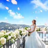 フォトスポットとしても人気のテラス。美景と青空で花嫁も自然と笑顔がこぼれる。