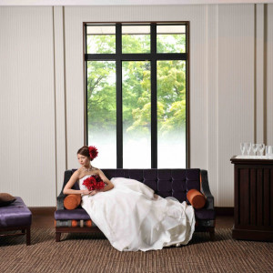 広々とした会場内にはソファーセットをご用意。 ゲストの皆様がリラックス出来るコーディネートをご提案します!!|長野県護国神社の写真(1026879)