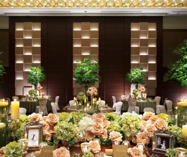 ブラウンを基調としたラグジュアリーなボールルーム【ASAMA】。豪華なシャンデリアが輝く空間。