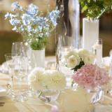 お花のお色や種類によって会場の雰囲気はガラリとかわります。専属のフリーリストとのお打合せでお二人らしい会場作りができますよ