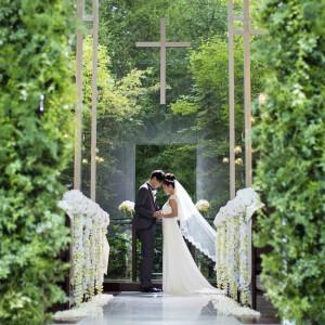 旧軽井沢の本物の森を背景に厳かな挙式が可能です。|ホテル軽井沢エレガンス 「森のチャペル軽井沢礼拝堂」の写真(1991923)