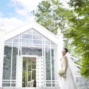 独立型のチャペルでおふたりだけでゆっくり写真撮影も人気!|ホテル軽井沢エレガンス 「森のチャペル軽井沢礼拝堂」の写真(677241)