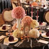 濃茶のクロスにボルドーのナフキン そしてピンクと白の装花を添えてコーディネート完成