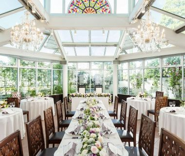 チャペルの下の独立型レストラン サンガーデン ガラス張りの会場でアットホームなご披露宴を