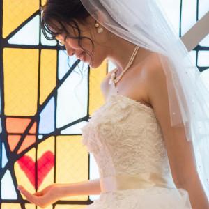 【大人花嫁を魅了する】ステンドグラス輝くチャペル×ドレス試着