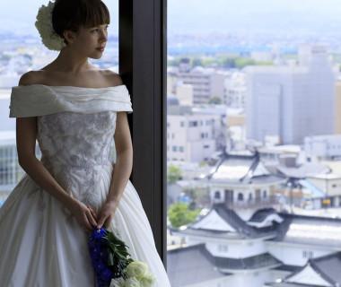 最上階の披露宴会場【ルミエール】 東西に開かれた大きな窓から立山連峰や富山城を視界いっぱいに眺望いただけます。