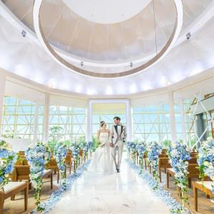 式のクライマックスには閉ざされた空間の幕が上がり 一面に広がる大きな窓からまぶしい陽光が注ぎ込む|ヒルトン福岡シーホークの写真(3938746)